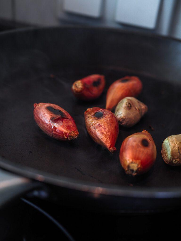 Pho Bo Rezept - Schalotten und Ingwer geröstet
