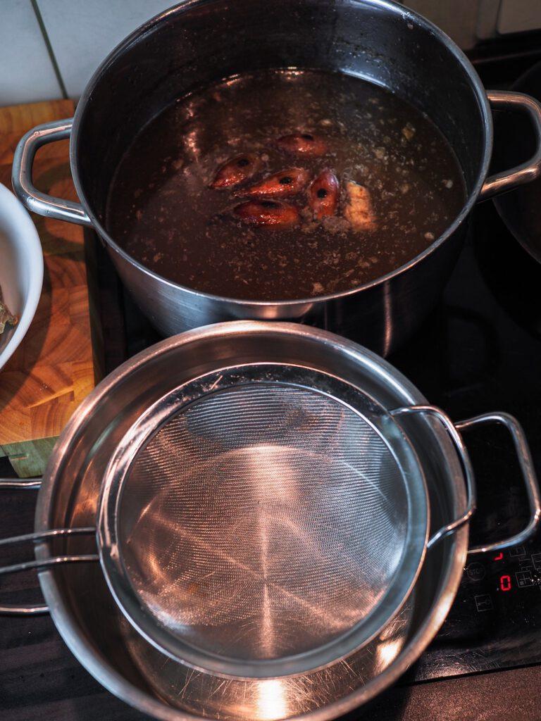 Pho Bo Rezept - Suppe passieren