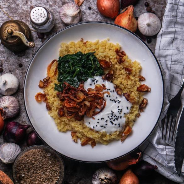 Bulgur mit Spinat, Datteln, knusprigen Zwiebelringen und einem Knoblauch Joghurt Dip