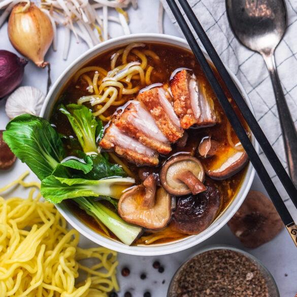 MIso Ramen Suppen Rezept mit Knusprigen Schweinebauch