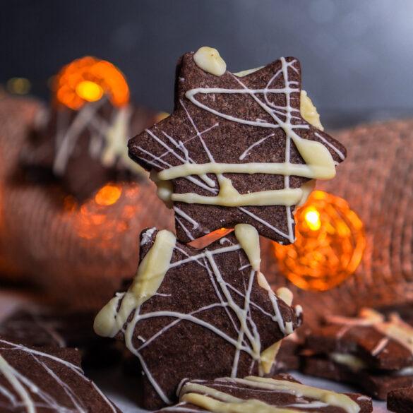 Leckere Schokoladen Kekse mit Mürbeteig und einer Füllung aus weißer Schokolade und Orange