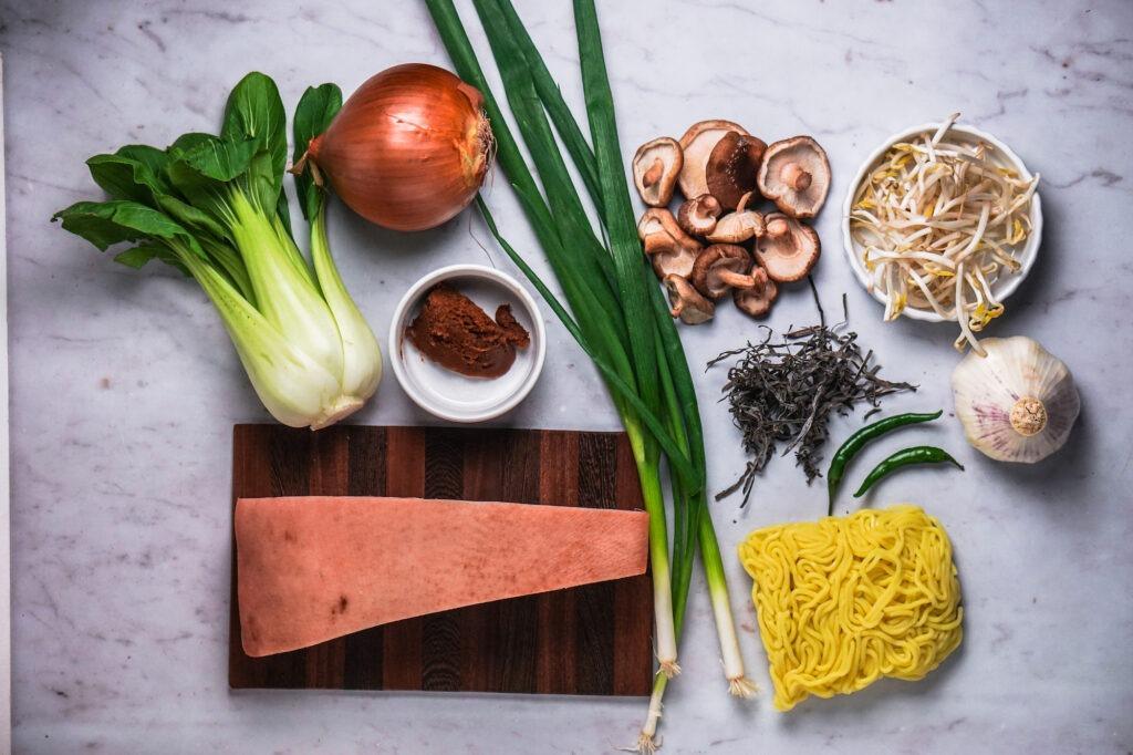 Alle Zutaten die wir für die Miso Ramen Suppe brauchen