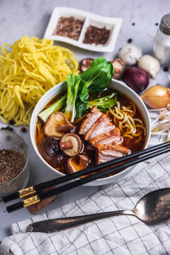 Miso Ramen Suppe mit knusprigen Schweinebauch