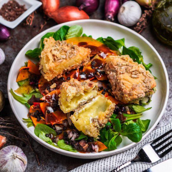 Camembert in Sonnenblumenkern Knusperkruste und Salat mit rohem Kürbis