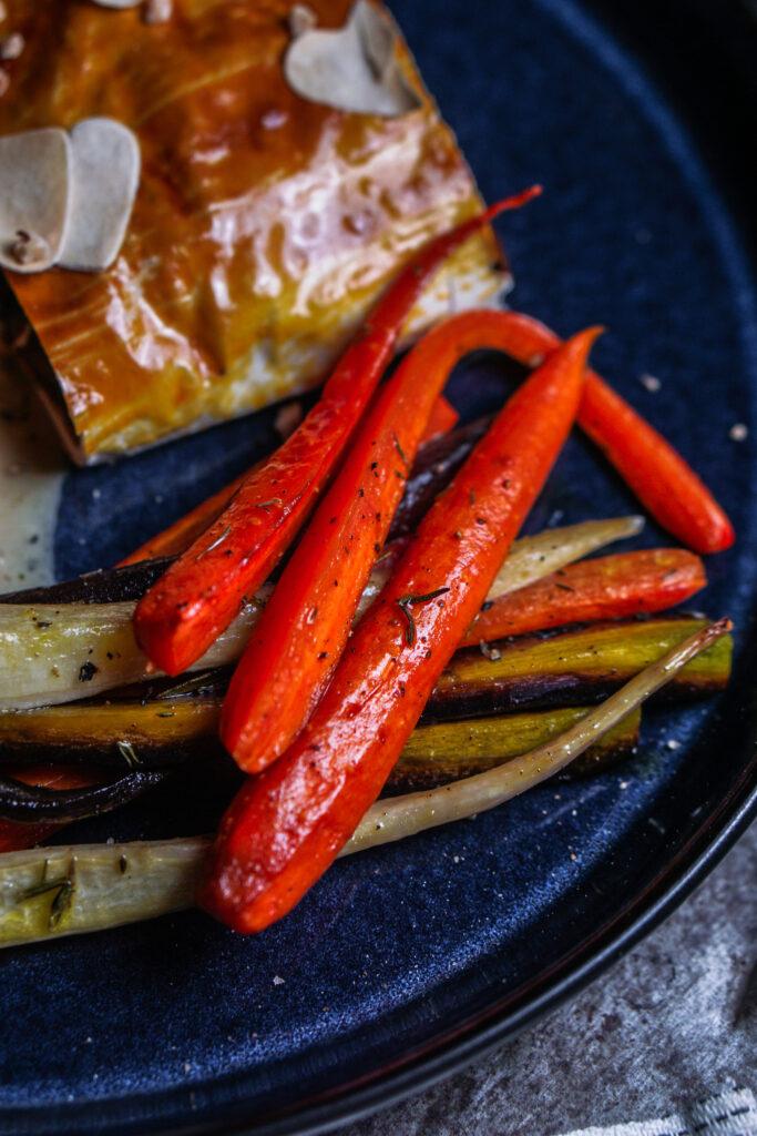 Maronen Pilz Strudel mit Ofengemüse und Pfeffersoße Wurzelgemüse