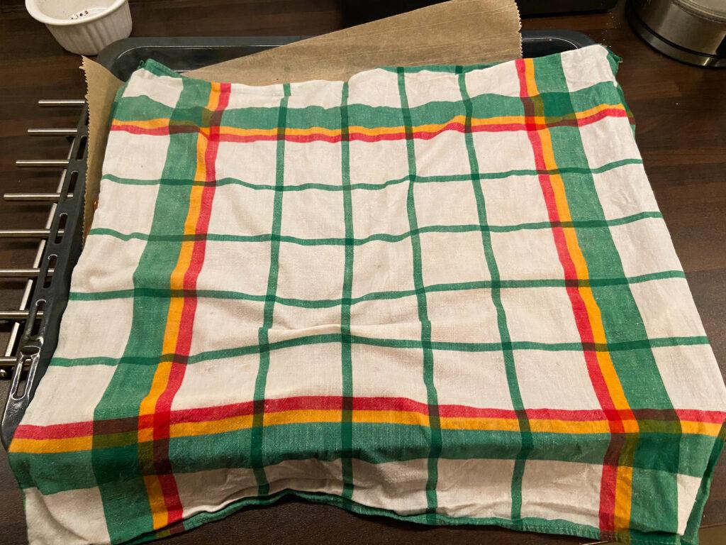 Mit einem Handtuch abdecken