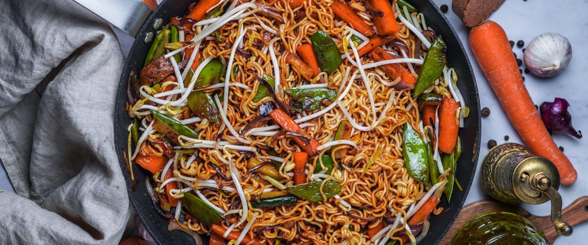 Asia Nudeln mit Gemüse und Erdnussbutter Soße