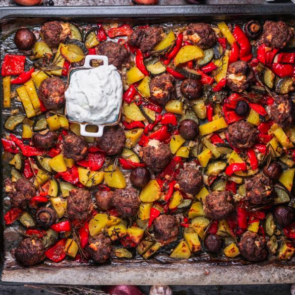 Buntes Ofengemüse mit Feta Hackbällchen aus dem Ofen