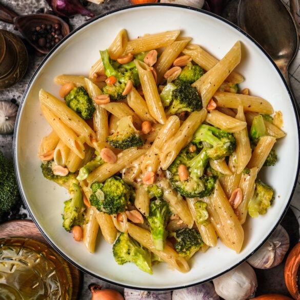 Cremige Penne mit Brokkoli und Erdnussbutter