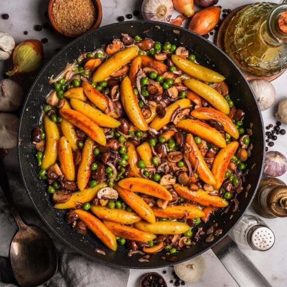 Goldbraune Schupfnudeln aus der Pfanne mit Erbsen und Pilzen