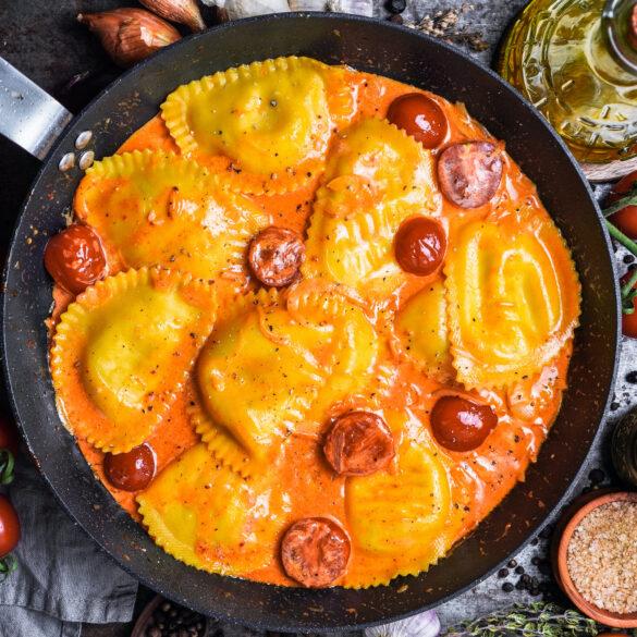 Ravioli mit gebratenen Kirschtomaten aus der Pfanne