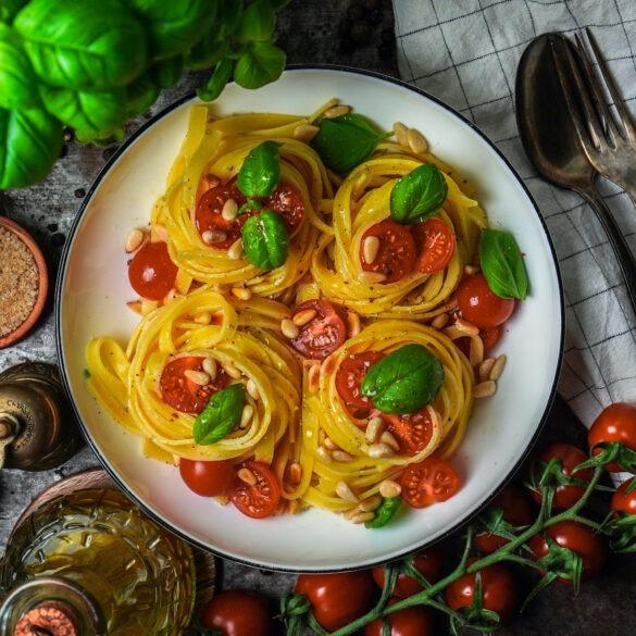 Tagliatelle mit Tomaten und Pinienkernen