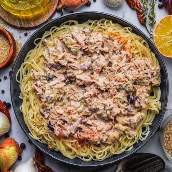 Linguine Pasta mit Thunfisch, schwarzen Oliven, Chili und roten Zwiebeln