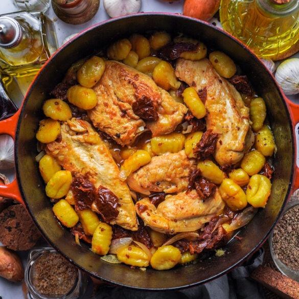 Onepot mit Hähnchen, Gnocchi und getrockneten Tomaten