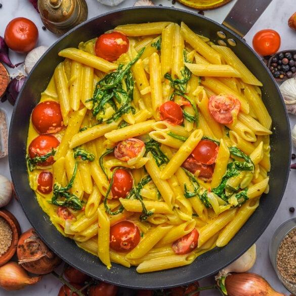 Penne mit Rucola, Tomaten und Curry Mango Soße