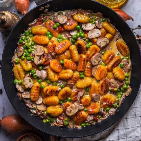 Vegetarische Gnocchi Pfanne mit TK Erbsen und frischen, braunen Pilzen in einer Sahne Soße