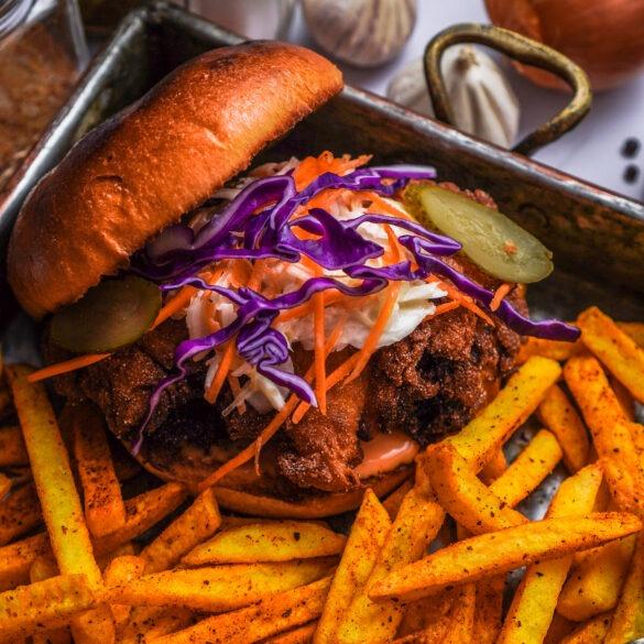 Knusprige Buttermilch Hähnchen Burger mit Rotkohl Karotten Coleslaw