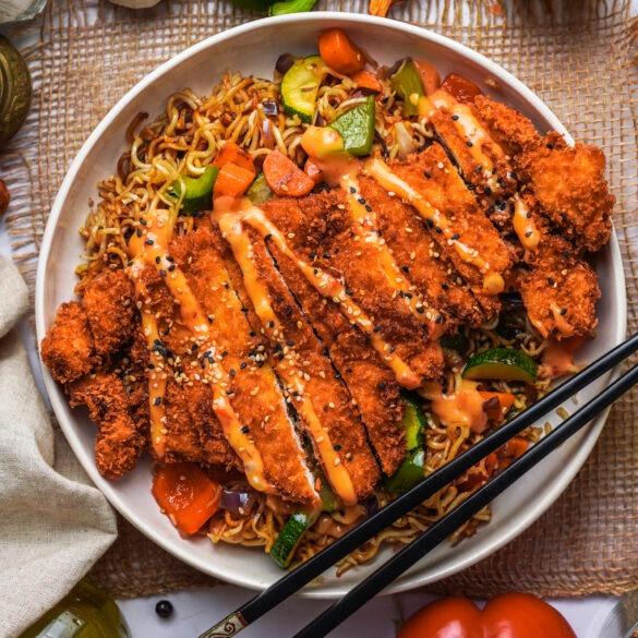 Knnuspriges Hähnchen mit Boom Boom Soße, Sesam und Eiernudeln mit Gemüse