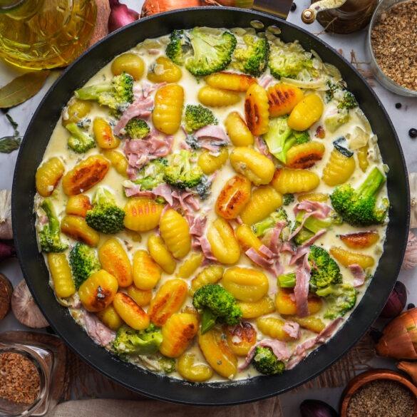 Gorgonzola Gnocchi mit Schinken und Brokkoli Soße