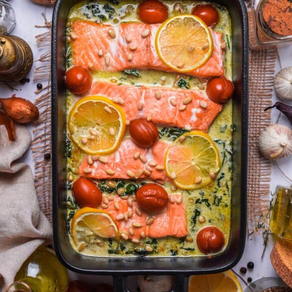 Lachs aus dem Ofen mit Spinat Sahne Soße Tomaten Zitrone und Pinienkernen