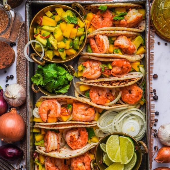 Tacos mit Garnelen und einer Salsa aus Mango, Avocado, Peperoni und Koriander