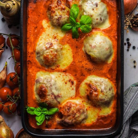 Hackbällchen Toskana in Tomatensoße mit Mozzarella und Basilikum