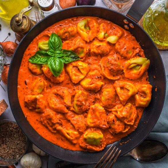 Vegane Tortellini mit Ajvar und Basilikum