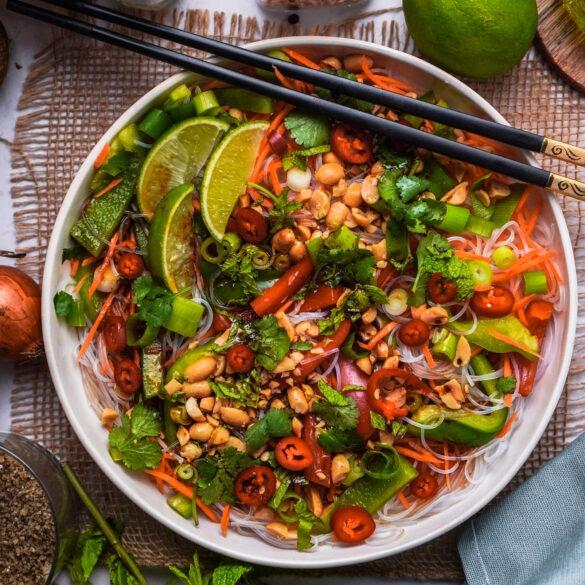 Veganer Glasnudel Salat mit asiatischem Soja Dressing