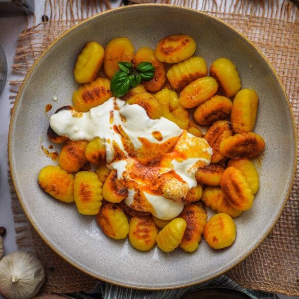 Goldbraune Gnocchi mit Knobi Joghurt und & Paprika Butter