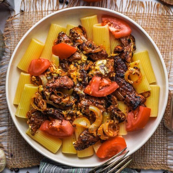 Griechische Nudelpfanne mit Feta-Gyros und Tomaten