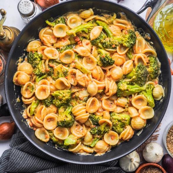 Vegane Pasta mit Brokkoli und Erdnuss