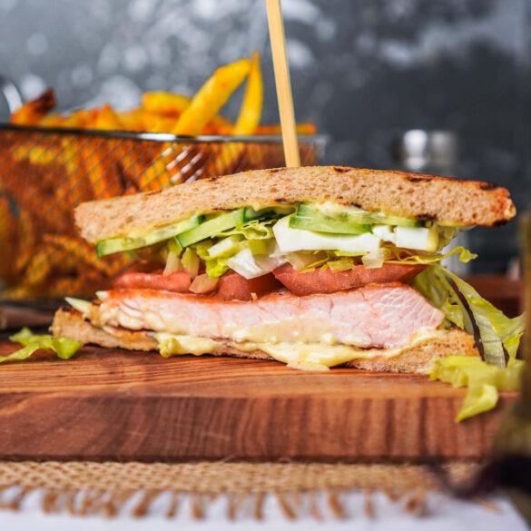 Das Sandwich des Urlaubs: Clubsandwich mit Pommes