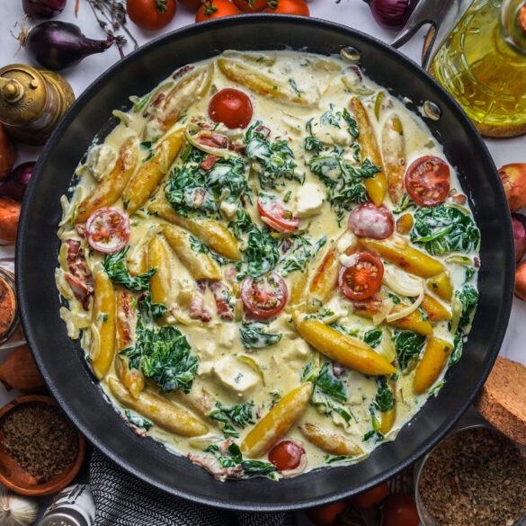 Würzige Schupfnudel Pfanne mit Feta, Speck, Spinat, Tomaten und Zwiebeln