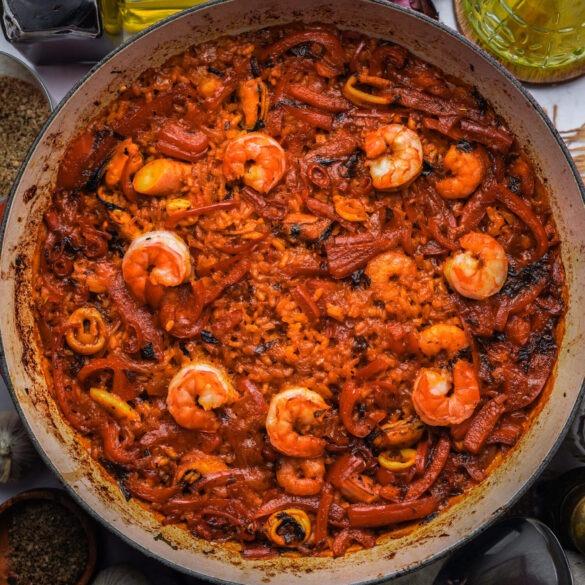 Spanische Paella Pfanne aus dem Ofen mit Garnelen und Paprika