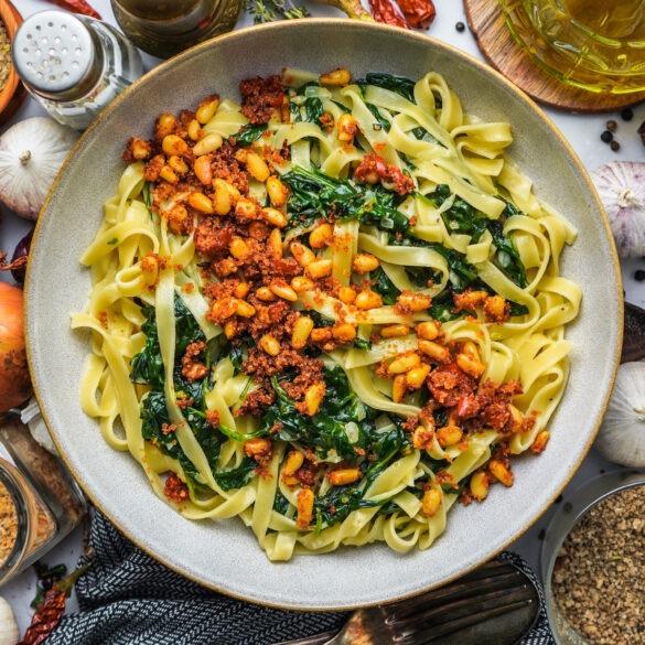 Tagliatelle mit Spinat, Pinienkernen und Bröseln