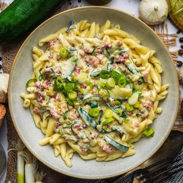 Leckere Gorgonzola Pasta mit Schinken und Lauchzwiebeln
