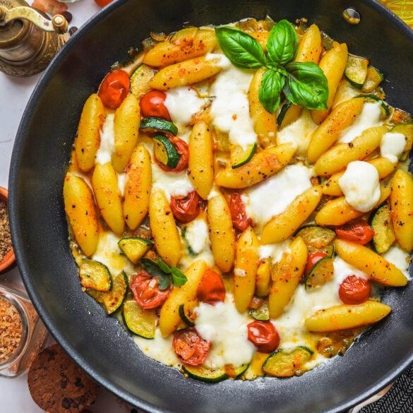 Vegetarische Schupfnudeln mit Zucchini, Tomaten und Mozzarella